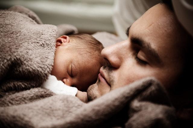 Otec s dieťaťom spoločne spia