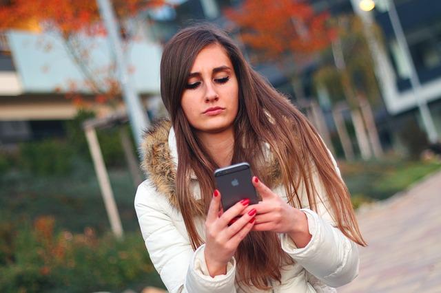 mobil žena smútok.jpg